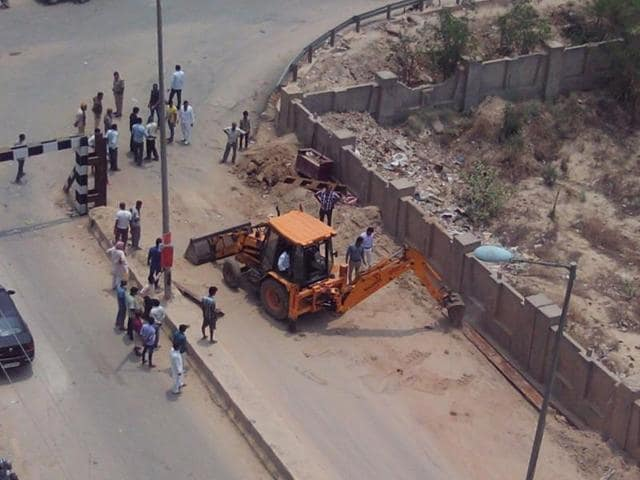 The residents alleged that the barrier was taken down with the use of a bulldozer, in the presence of police personnel.