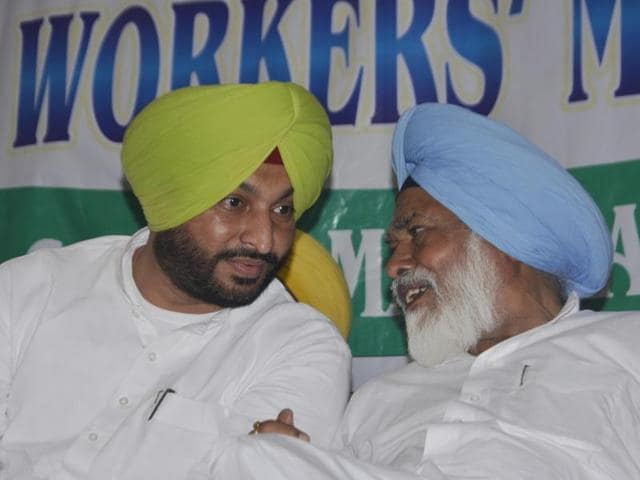 Congress leaders Ravneet Singh Bittu and Shamsher Singh Dullo at a workers' meeting in Kathunangal on Wednesday.