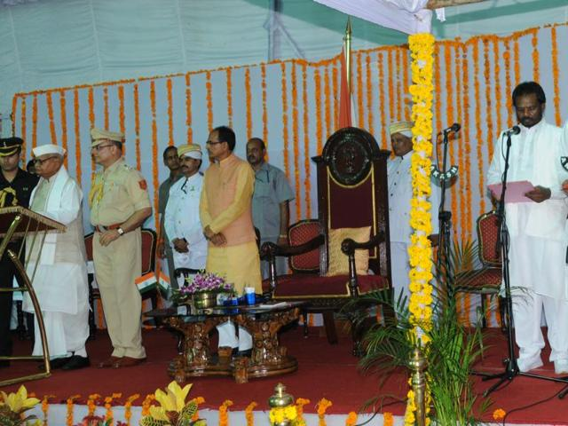 Governor Ram Naresh Yadav and chief minister Shivraj Singh Chouhan with the new ministers after the swearing in ceremony at Raj Bhavan in Bhopal on Thursday.