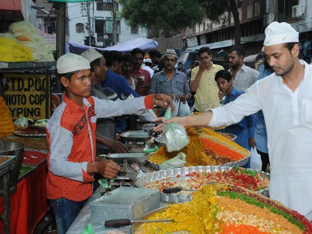 A sweet maker preparing boondi for Roza iftar in Bhopal.
