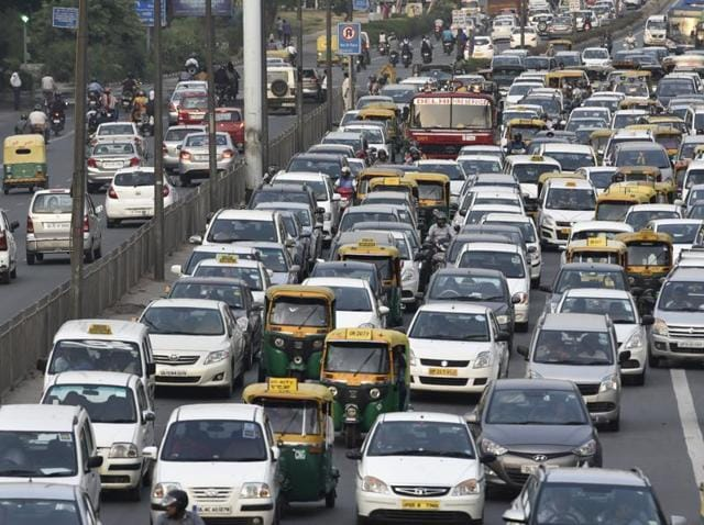 The response time of the Delhi Fire Service has gone up from 3 to 9 minutes in the past few years because of heavy traffic.(Saumya Khandelwal/Hindustan Times)