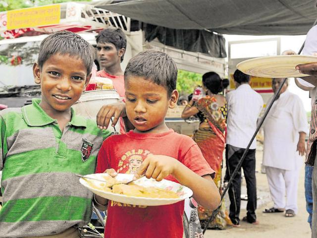 A mobile food van run by a trust in Noida's Sector 55 has been providing cheap and nutritious meals to nearly 400 people at the spot every day.