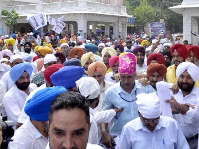 Unidentified people who threw leaflets at the Arvind Kejriwal outside the Golden Temple in Amritsar on Sunday.