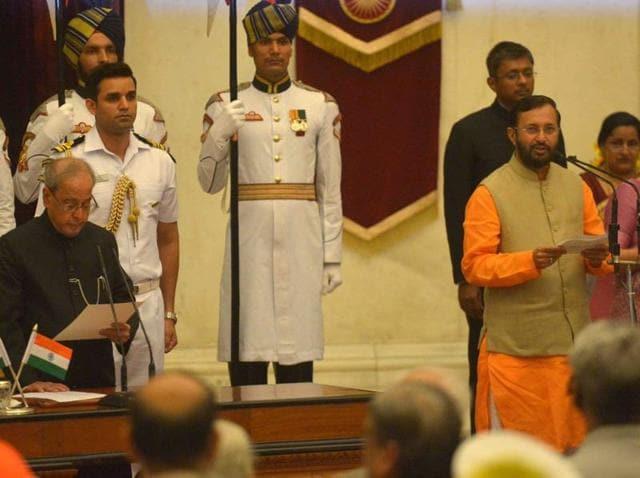 President Pranab Mukherjee administers the oath of office to Prakash Javadekar.