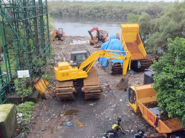 Debris, broken vehicles dumped at Mahim-Bandra wetland, right under governing body's nose