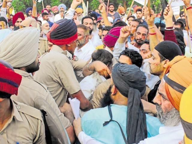 Akali workers protesting against Delhi chief minister Arvind Kejriwal at Malerkotla in Sangrur district on Monday.
