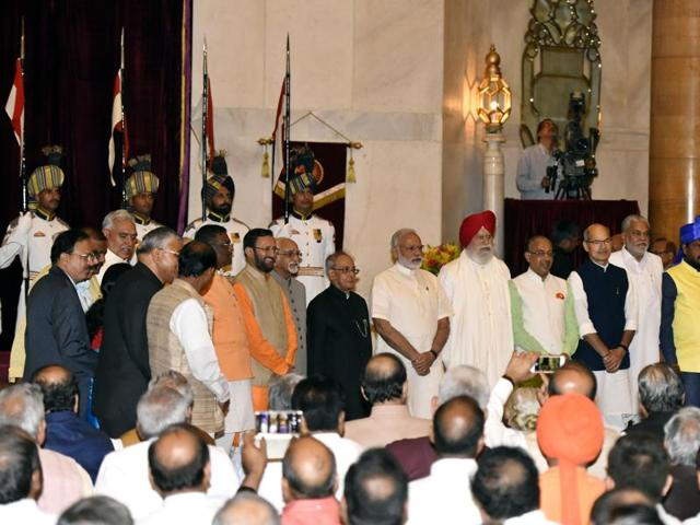 President Pranab Mukherjee, Prime Minister Narendra Modi and vice-president Hamid Ansari with the newly inducted ministers.(Sonu Mehta/ HT Photo)