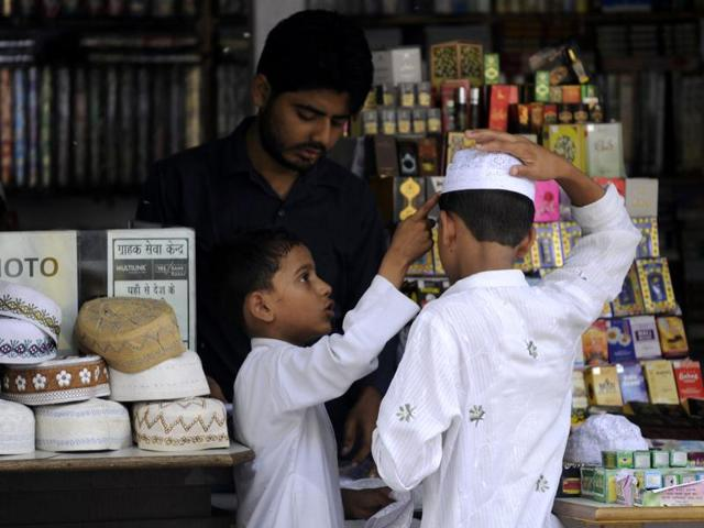 With the Delhi Imam declaring that Eid will be celebrated in the region on Thursday, many flocked to the markets for last-minute shopping and preparations.