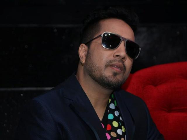 Model accuses Mika Singh of molestation, he counter-complains of extortion