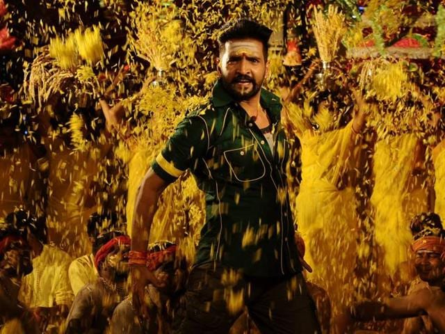 Despite looking handsome and displaying impressive skills, Santhanam hasn't been able to let go of his comic mannerisms in Dhilluku Dhuddu.