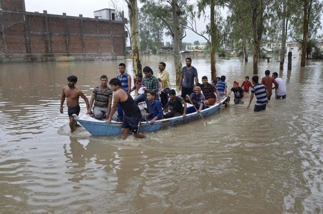 People being rescued by Municipal Corporation employees from flood affected Sharda Nagar colony in Bhopal on Saturday.(PTI)