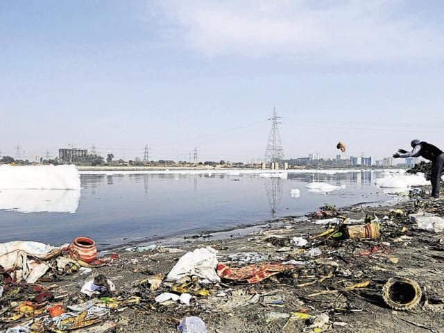 Scattered waste on the river bank.(Burhaan Kinu/HT Photo)