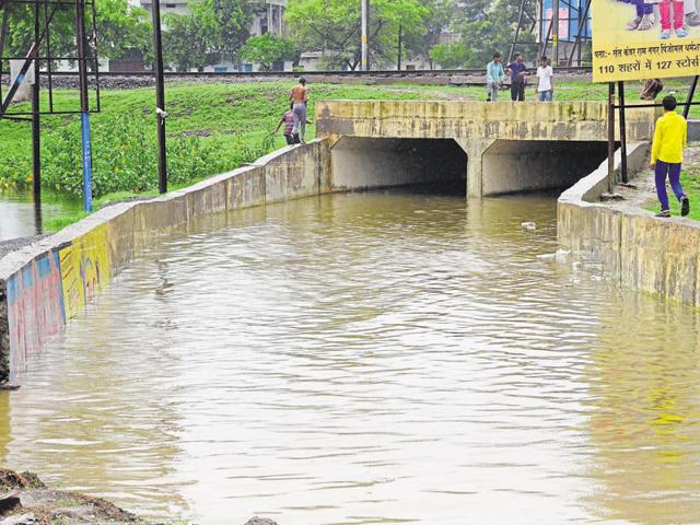 student dies in Bhopal,man falls into flooded nullah,accident in Bhopal