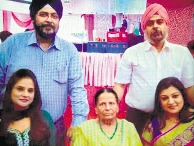 Harneet Kaur (in yellow suit) with her family members. Kaur is suspected to have been killed by her dometic help.