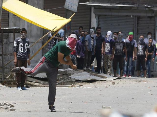 Kashmiri protesters throw stones at police during clashes in Srinagar, India, 10 July 2016. Life remain paralysed in the Valley for the third day against the killing of top militant commander Burhan Muzaffar Wani on late 08 July.