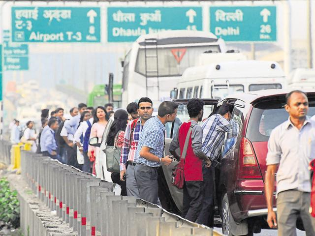 Commuters board private cabs on the Gurgaon expressway.