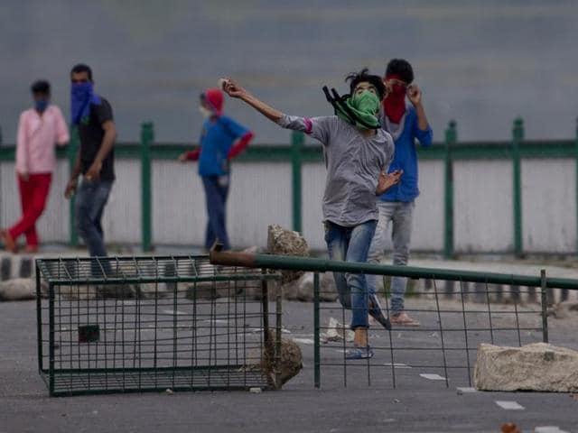Kashmiri Muslim protesters throw stones at Indian troops in Srinagar.