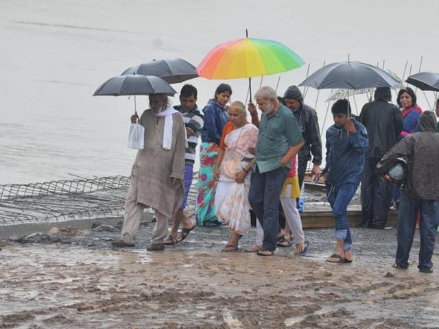 Medha Patkar visited Pipliyahana lake in Indore on Tuesday to express solidarity with the ongoing Jal Satyagrah by the residents.