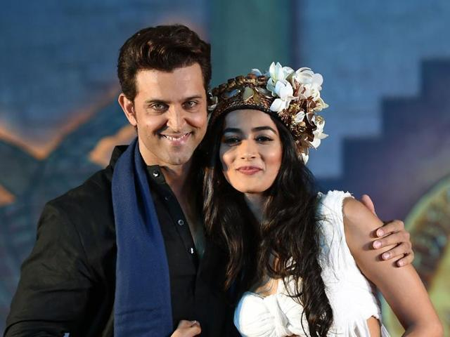 Hrithik Roshan poses with Pooja Hegde during the promotion of the new film Mohenjo Daro. (AFP)
