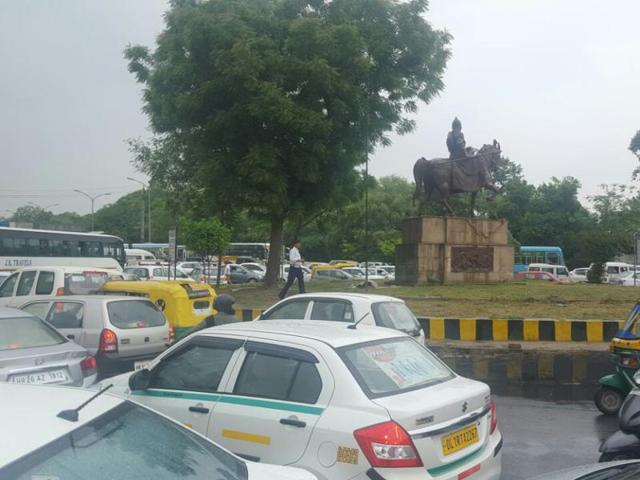 Traffic snarls irk commuters in Gurgaon