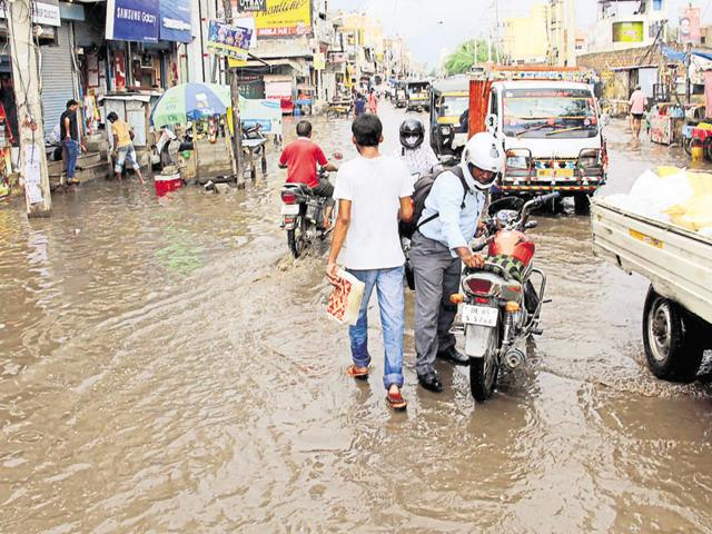 On Tuesday, commuters faced difficulty while using the waterlogged Delhi-Gurgaon expressway service lane.