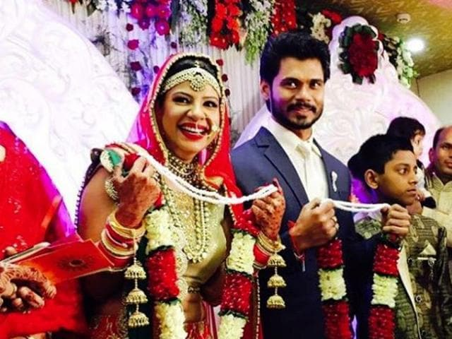 Sambhavna wore a red lehenga with intricate necklaces and mangteekas, complete with a big smile on her face. Avinash decided to not go for the traditional look and wore a navy blue suit for the ceremonies.