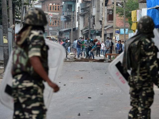 Protestors clash with government troops in Srinagar.