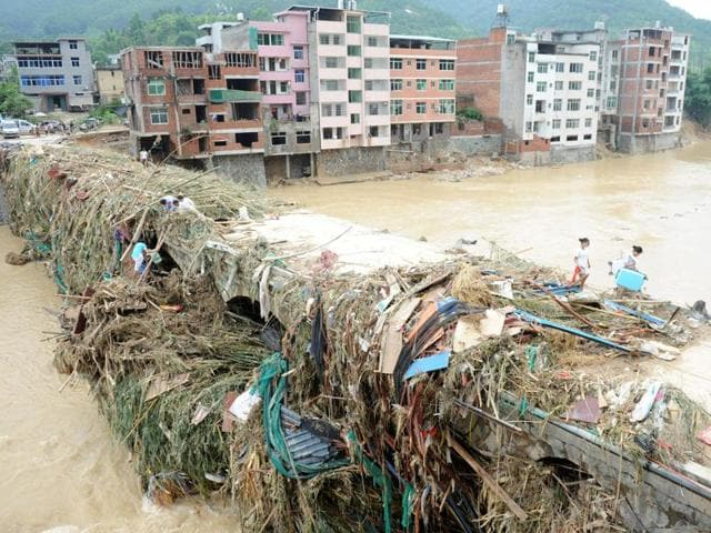 Tropical storm lashes China