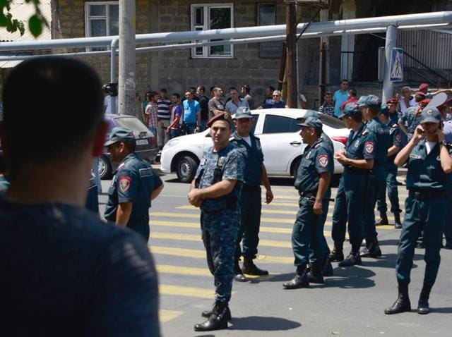 Armenian police officers block the streets to Erebuni police station in Yerevan on July 17, 2016. An armed group with links to an imprisoned opposition leader seized a police building in Yerevan and took hostages, the national security service said.