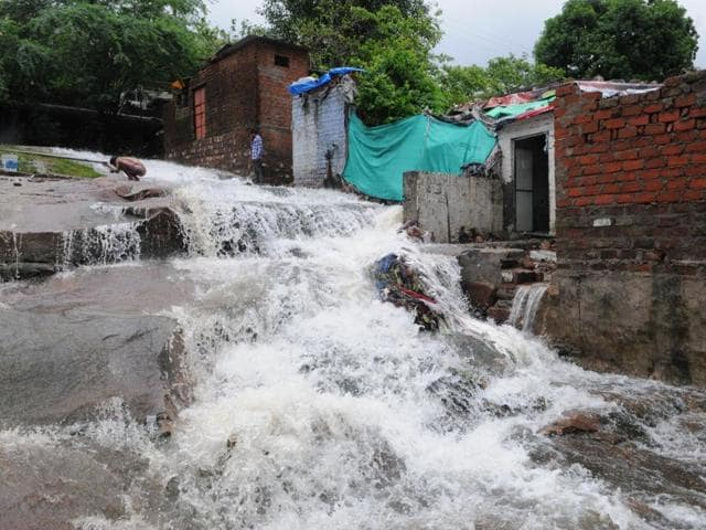 Wardha dam develops cracks