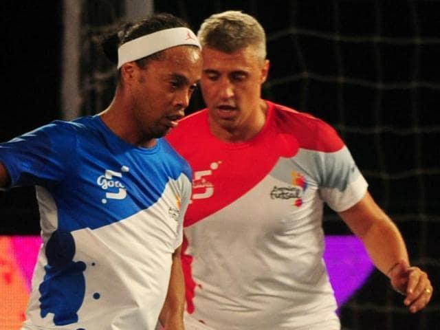 Ronaldhino (L) from the Goa 5's plays against the Kolkata 5's Hernan Crespo during Premier Futsal.