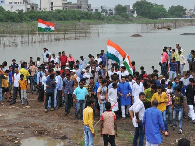 A large number of people gathered at Pipliyahana reservoir in Indore on Sunday morning to celebrate their 'victory' against the state government.(Shankar Mourya/ HT photo)