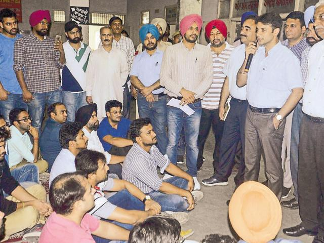 Deputy commissioner Varun Roojam addressing the protesting doctors in Amritsar on Sunday.