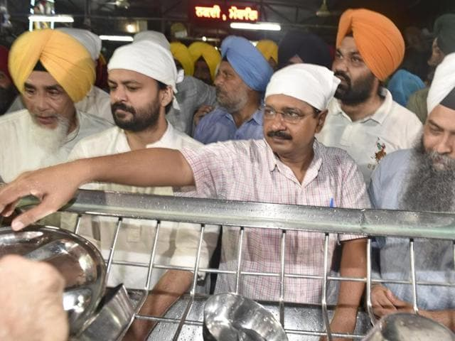 AAP leader and Delhi chief minister Arvind Kejriwal visits the Golden Temple in Amritsar. (Gurpreet Singh/ HT Photo). (Gurpreet Singh/ HT Photo)