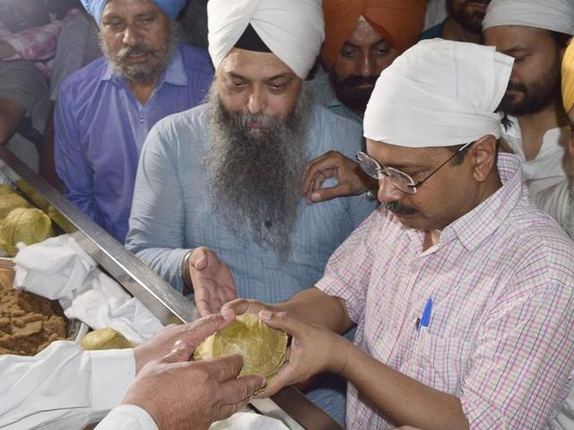 AAP leader and Delhi chief minister Arvind Kejriwal visits the Golden Temple in Amritsar. (Gurpreet Singh/ HT Photo).