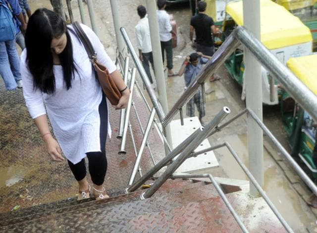 Large portions of the metal railing of the foot overbridge are missing at several places. Earlier, ropes were tied to provide some support to the bridge users. But the thick jute ropes are no longer there.