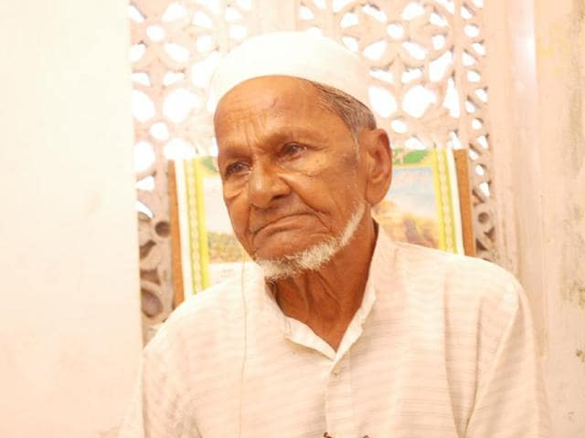 The oldest litigant in the Ramjanmbhoomi-Babri Masjid case Hashim Ansari died at his home in Ayodhya on Wednesday.