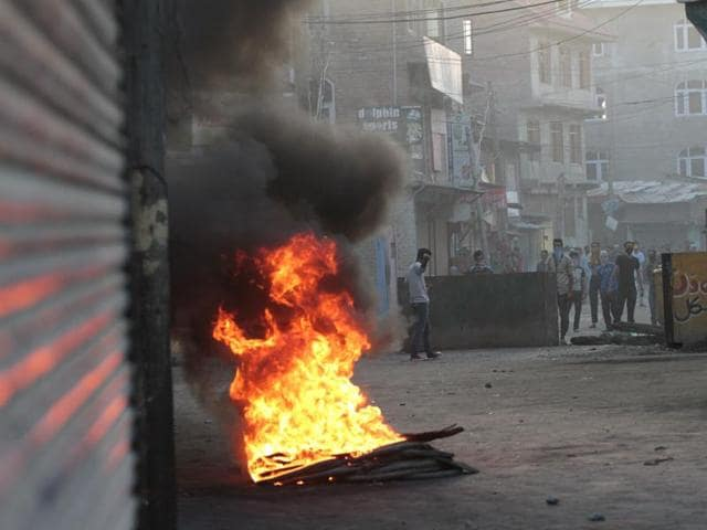 Protesters have sprinkled engine oil in front of shops to deprive policemen of resting places.(Waseem Andrabi/HT)