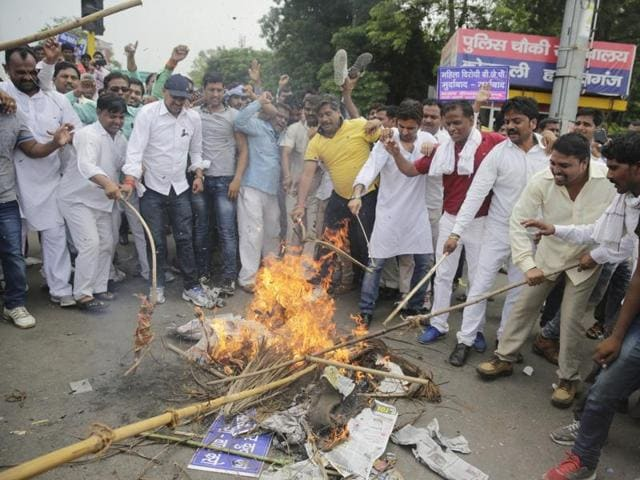 Bahujan Samaj Party supporters burn an effigy of Bharatiya Janata Party's former Uttar Pradesh state vice president Dayashankar Singh in Lucknow on Thursday.