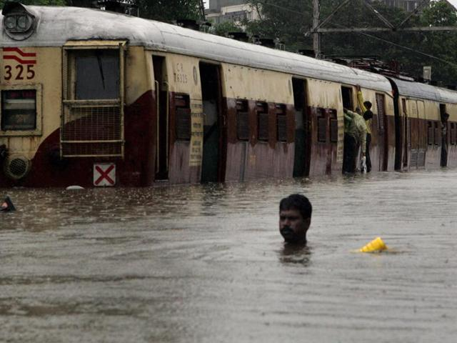 Mumbai Monsoon Floods - Taffic gets standstill following heavy rains on Tuesday, at Mahim causeway on Wednesday. (12.15pm). Thousands of people were stranded in their offices, railway stations, trains, buses and even schools following incessant rains. HT Photo by Vijayanand Gupta. 27/07/05