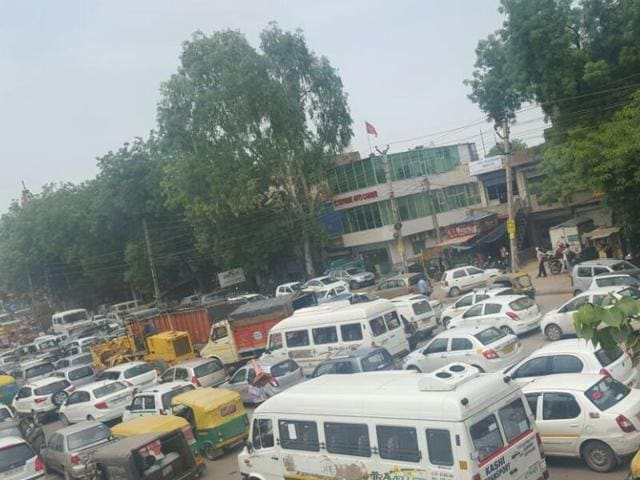 executive crushed to death,Old Delhi road,trafffic jam