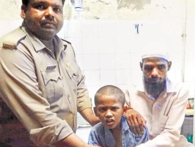 Playing the good Samaritan, the police, instead of sending him to the child welfare committee, got him admitted to a hospital, traced his family and reunited the kid with his parents five days later.