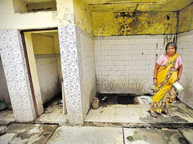 Over 5 lakh defecate in the open due to lack of toilets in Delhi ...