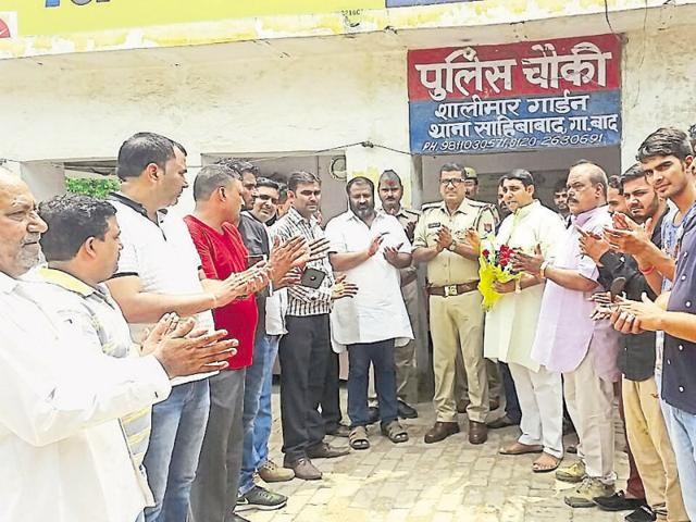 Bhupinder Singh (seventh from left, in black pants) was felicitated by an NGO at the Shalimar Garden police post.