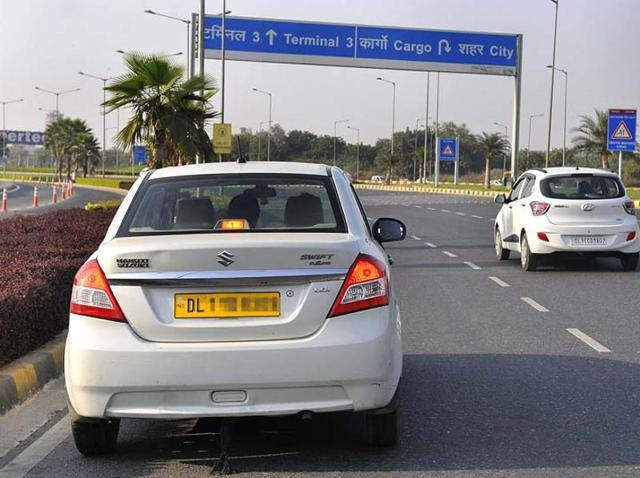 The Delhi high court told Ola and Uber that they cannot charge customers more than the rates prescribed by the AAP government.(Sunil Saxena/HT File Photo)
