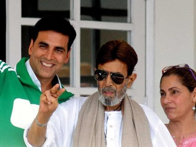 Rajesh Khanna with Akshay Kumar and Dimple Kapadia waving to his fans.