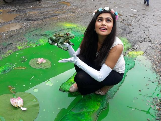 Bengaluru-based artist Baadal Nanjundaswamy recently got a 'princess' to 'kiss a frog' using a pothole as his canvas.(Photo: Baadal Nanjundaswamy's Facebook page)