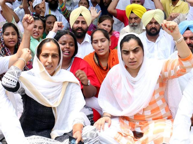 Punjab AAP women wing president Baljinder Kaur (right) leads a protest in Bathinda on Tuesday.