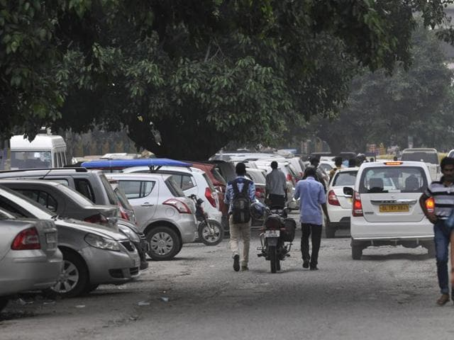 In the absence of a parking lots in industrial areas, motorists park on the roads, leading to traffic congestion.(Hindustan Times)