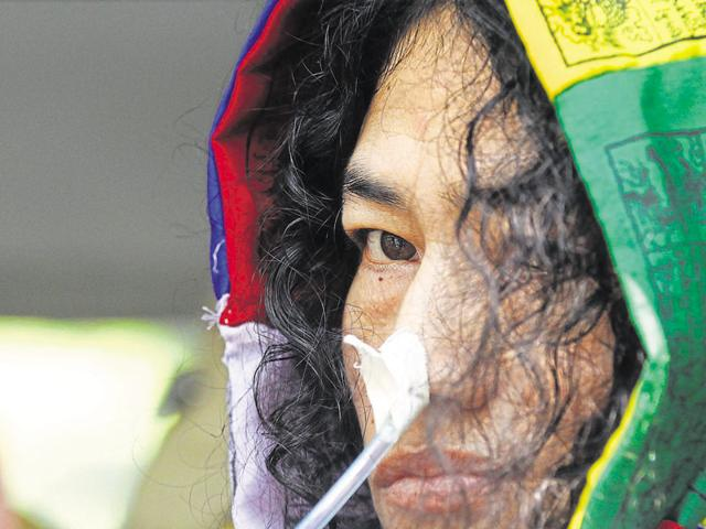 Irom Sharmila's decision to end hunger strike draws 'surprise, respect'